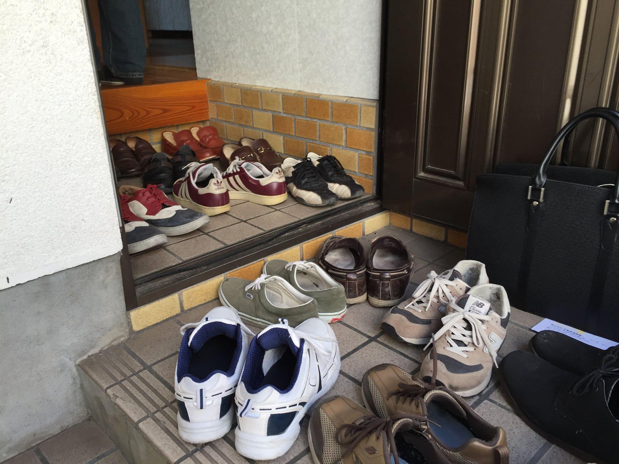 古家物件ツアーの靴いっぱい